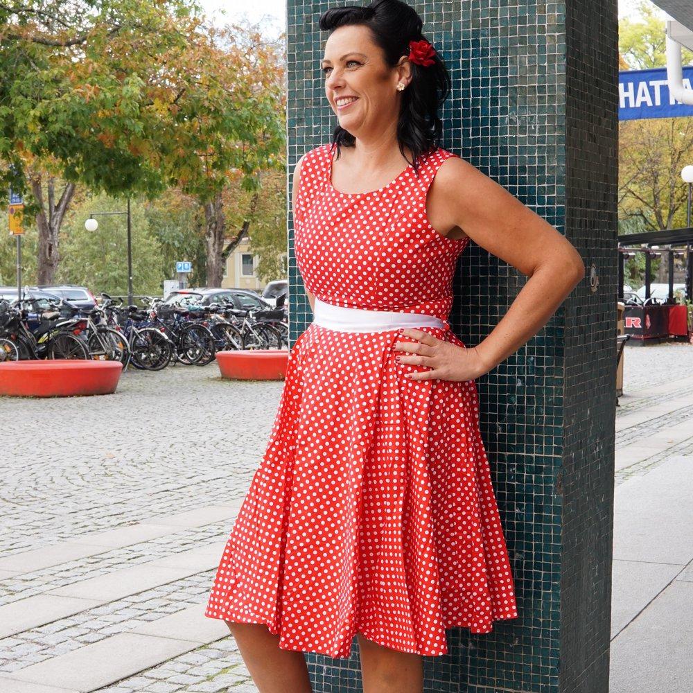 röd klänning vita prickar