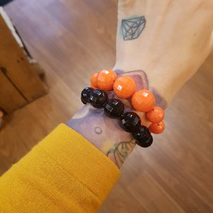 SWEET CO. ARMBAND - PÄRLOR ORANGE OCH SVART